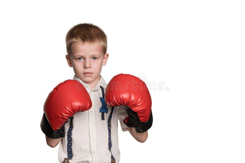 Мальчик в белый класть в коробку рубашки и перчаток стоковые изображения rf
