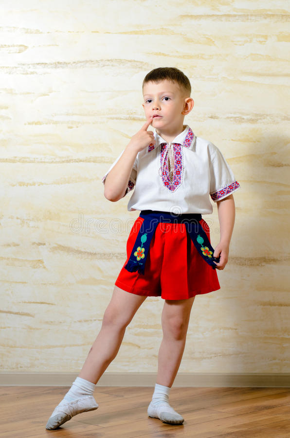 Мальчик в ботинках и костюме балета стоковое фото