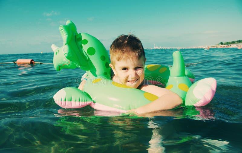 Мальчик в волнах стоковая фотография rf