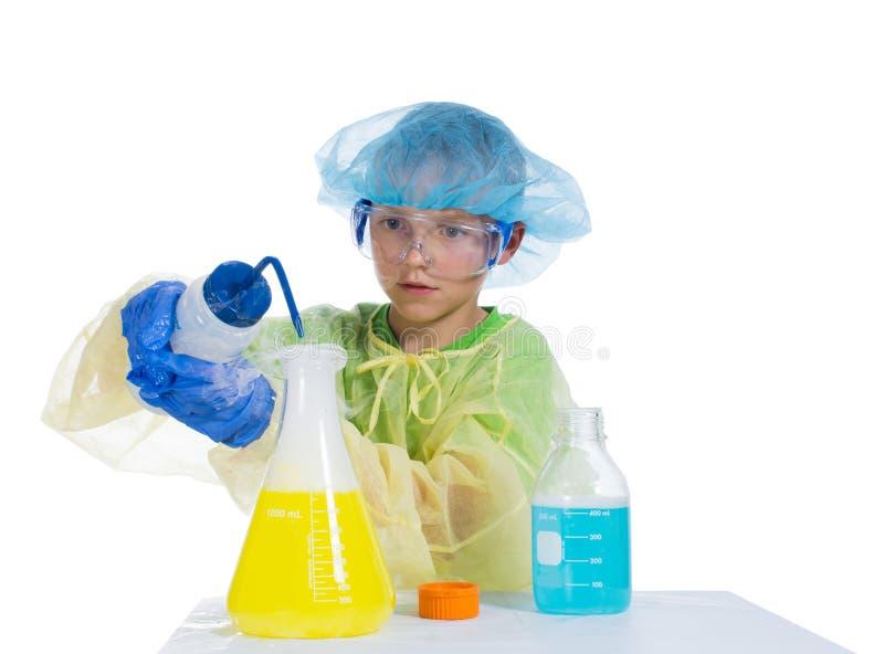 Мальчик в защитной одежде для того чтобы проводить эксперименты с дымом стоковая фотография rf