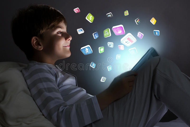 Download Мальчик в кровати стоковое изображение. изображение насчитывающей соединение - 41651527