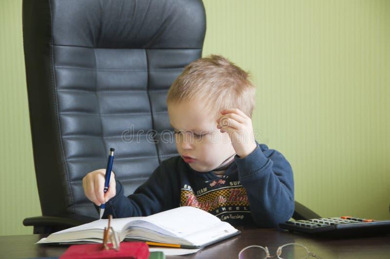 Мальчик в офисе стоковое изображение rf