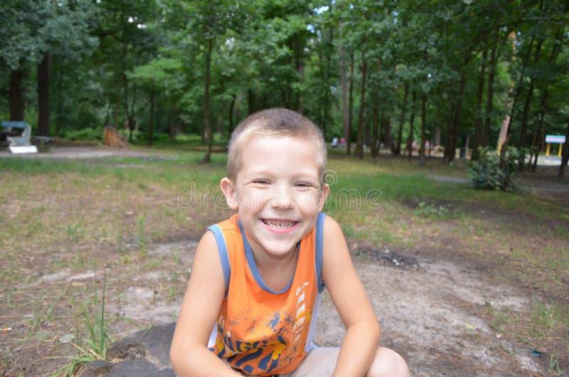 Мальчик в парке стоковая фотография rf