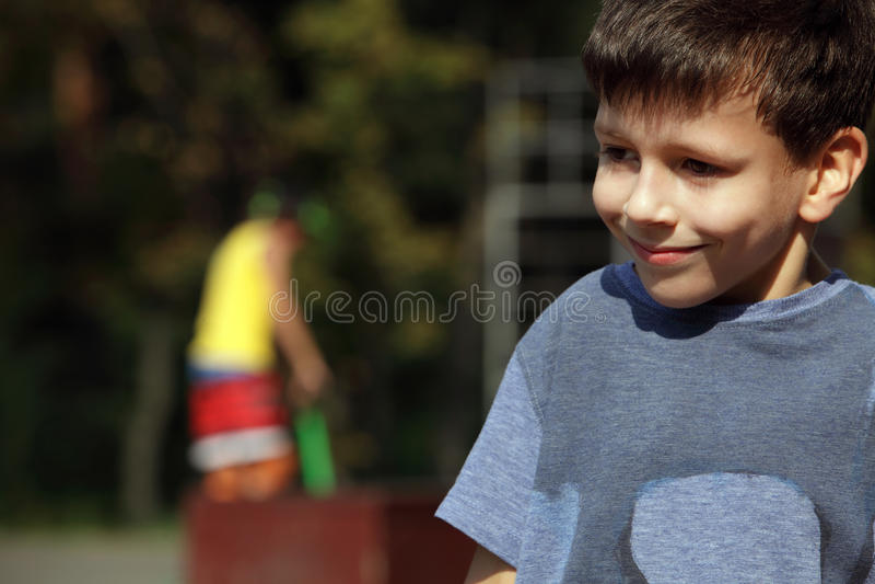 Мальчик в парке стоковые изображения rf