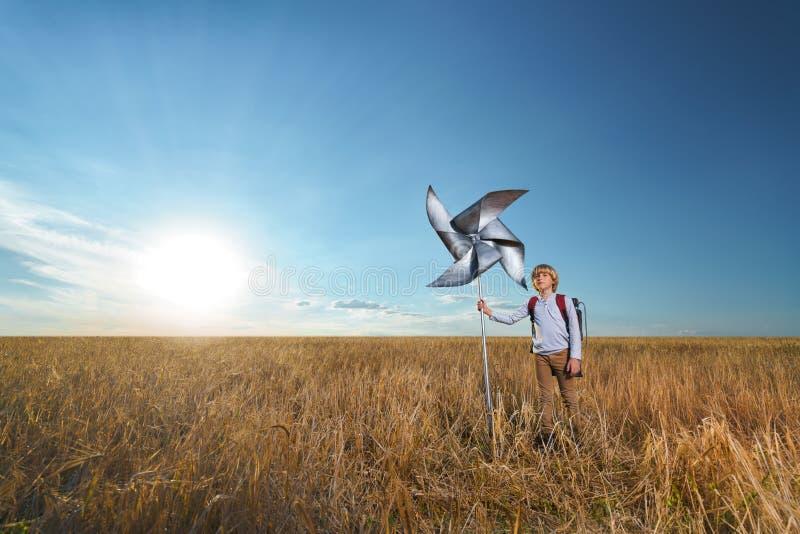 Мальчик в пшеничном поле стоковая фотография rf