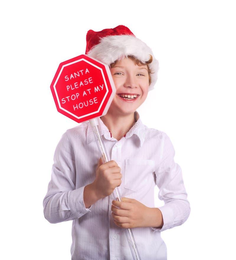Мальчик держа знак рождества спрашивая Санту для того чтобы прийти мимо стоковое фото rf