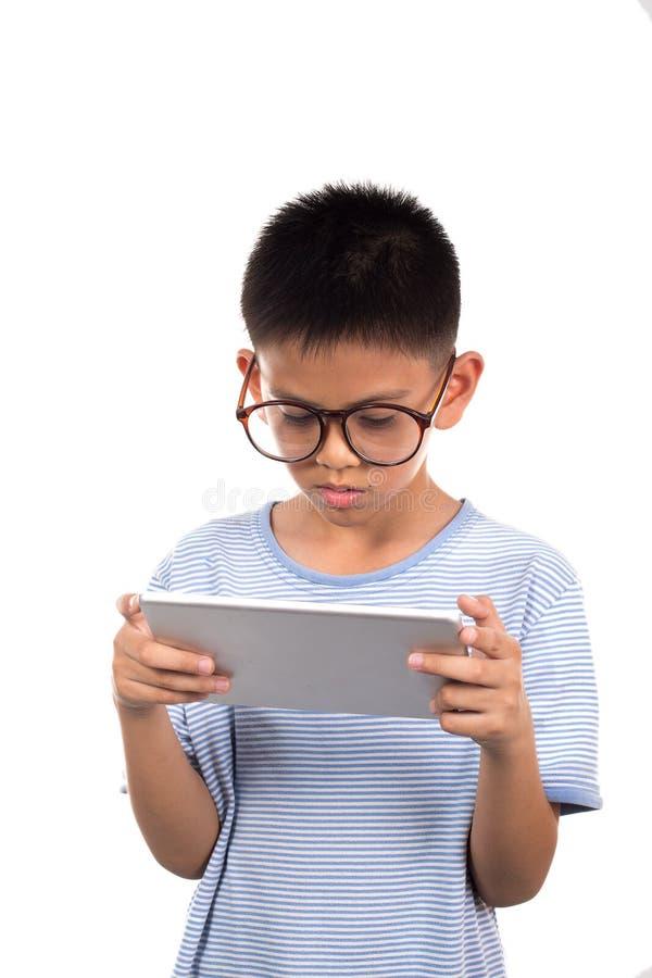 Мальчик держа таблетку стоковое изображение rf