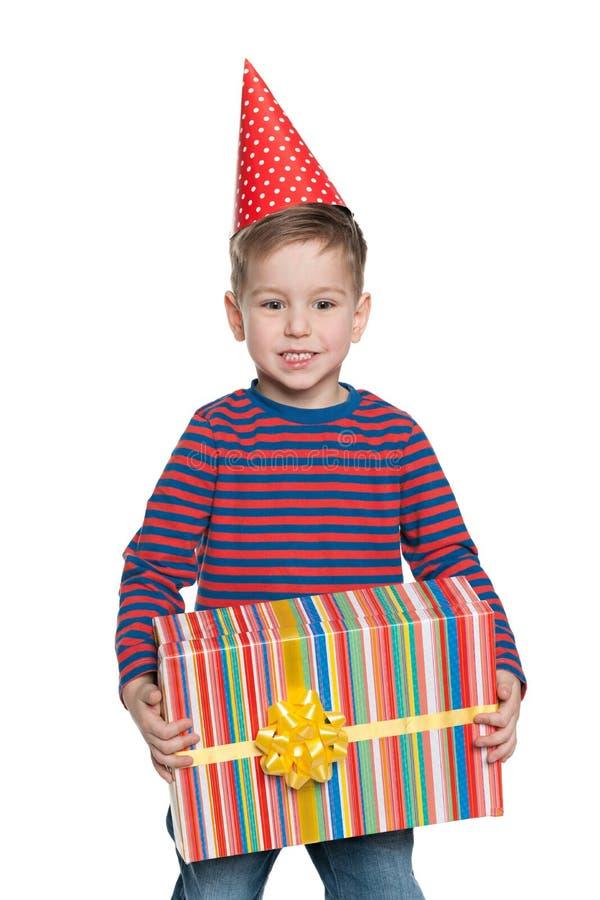 Мальчик держит подарочную коробку стоковое фото
