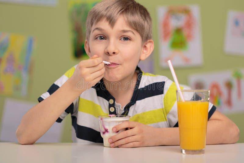 Мальчик есть здоровый обед стоковые изображения rf