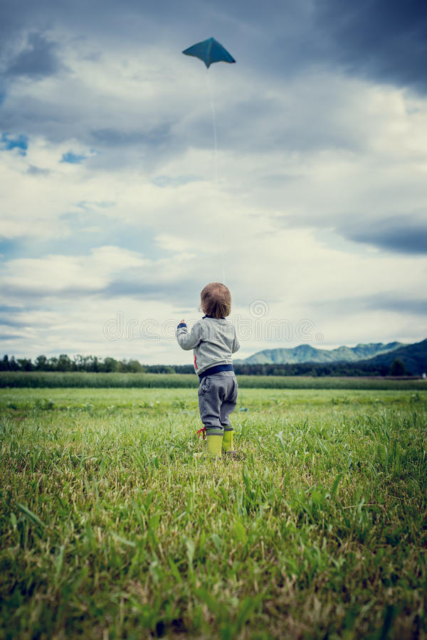 Мальчик летая змей стоковая фотография