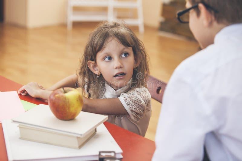 Мальчик, дети девушки в школе имеет счастливое стоковое фото rf
