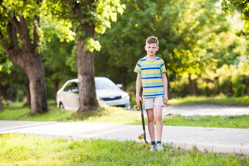 Мальчик ехать скейтборд стоковая фотография rf