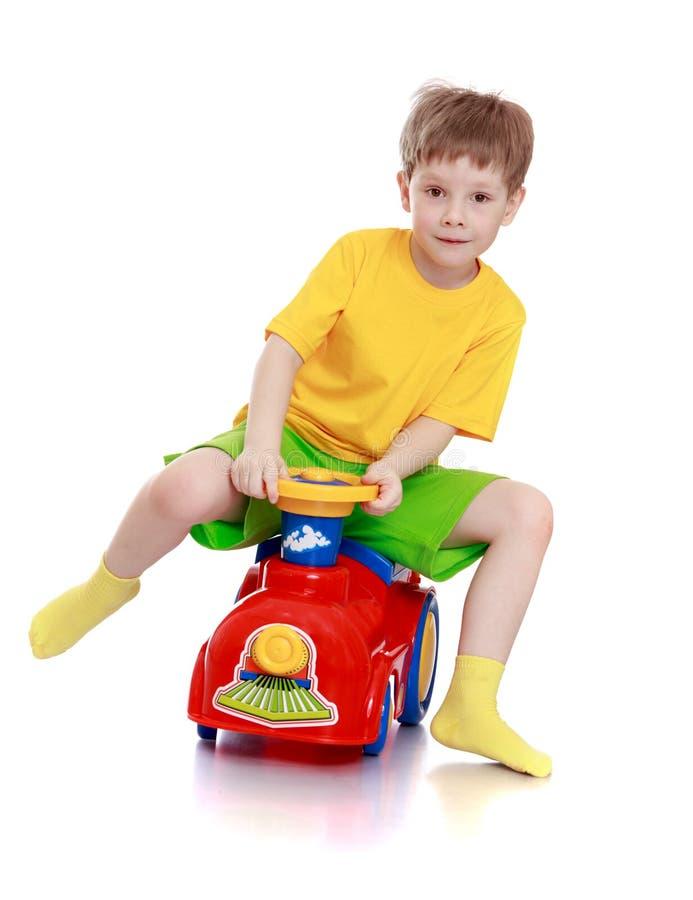 Мальчик едет его автомобиль стоковое изображение rf
