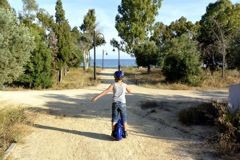 Мальчик едет Monowheel стоковые изображения rf