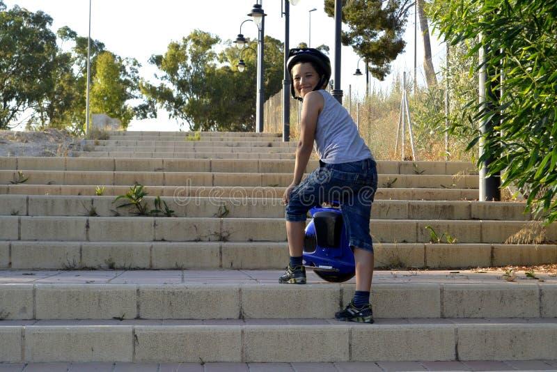 Мальчик едет Monowheel стоковое изображение rf
