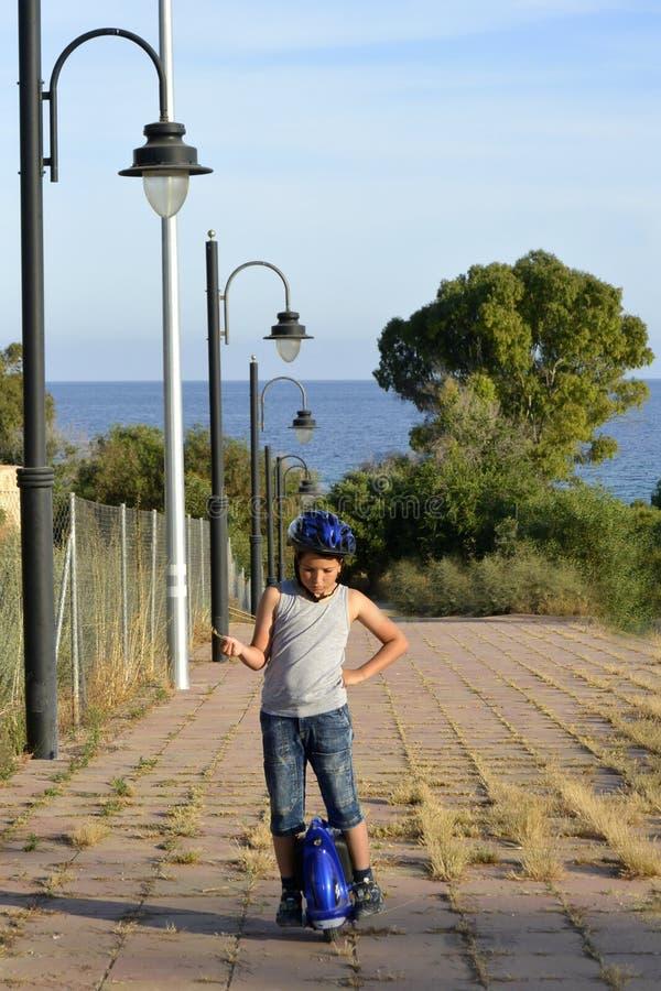 Мальчик едет Monowheel стоковые фото