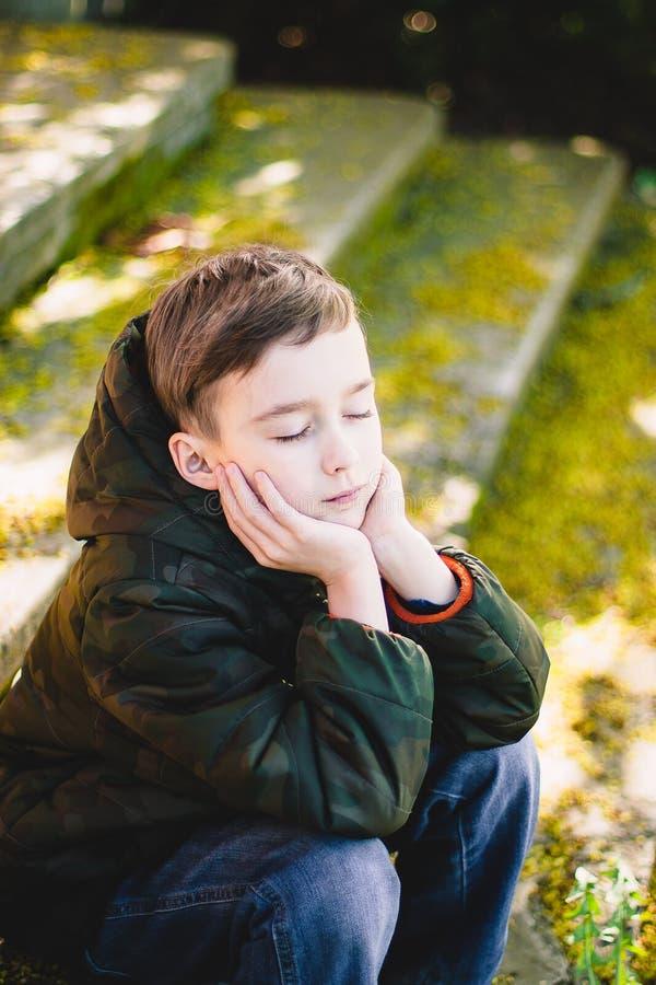 Мальчик закрыл его глаза и мечту стоковые фото