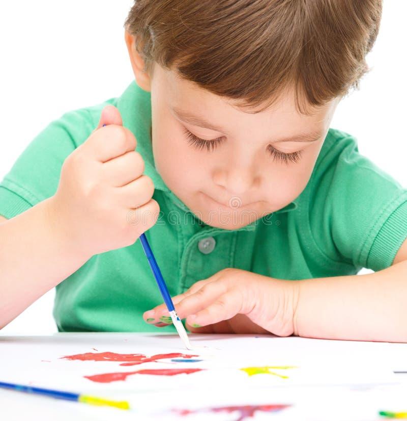 Мальчик играет с красками стоковое фото rf