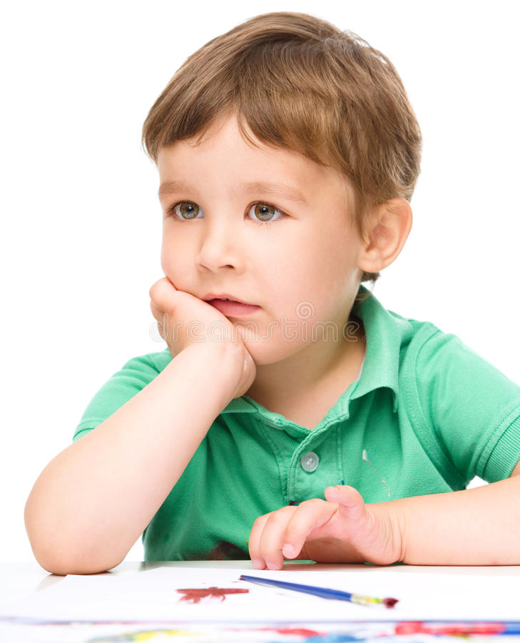 Мальчик играет с красками стоковая фотография