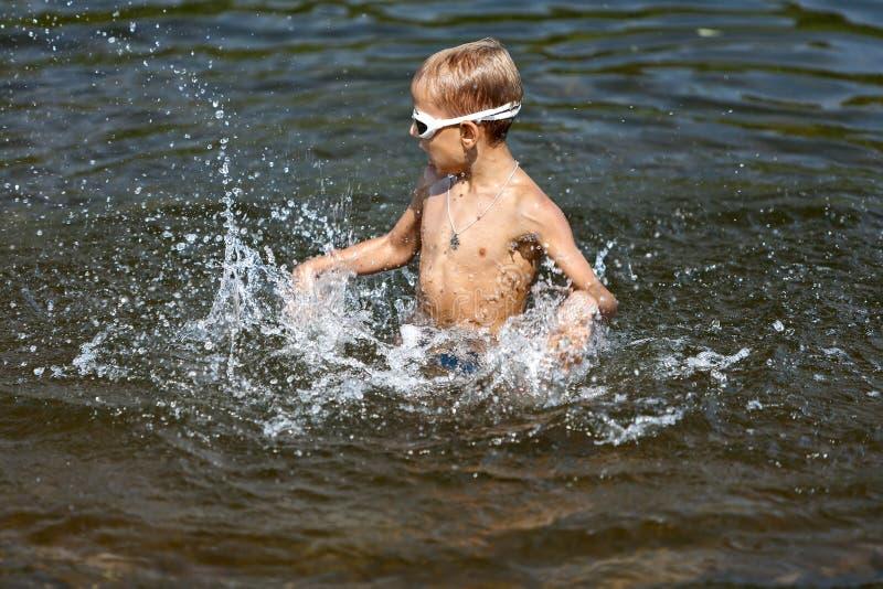 Мальчик играя в воде (02) стоковые изображения