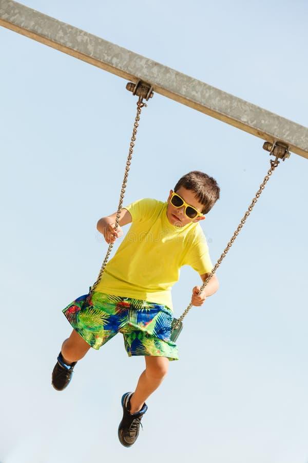 Мальчик играя отбрасывать набор качани стоковая фотография rf