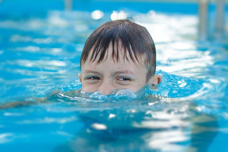 Мальчик играя подводную лодку стоковое фото