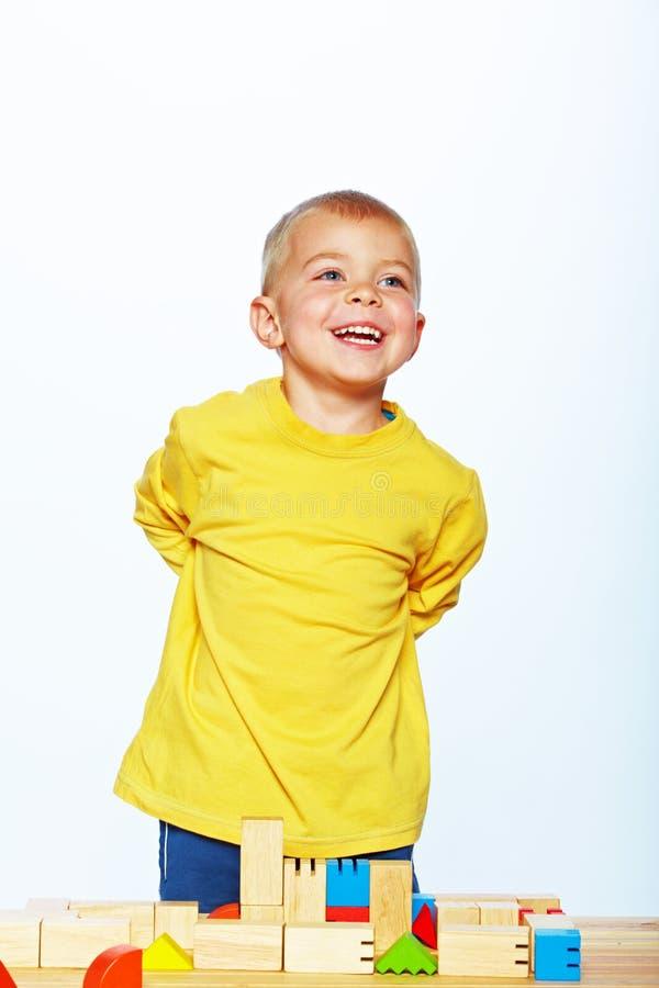 Мальчик играя с блоками стоковое изображение rf