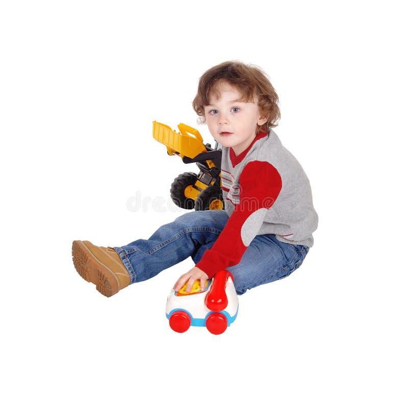 Мальчик играя с его игрушками стоковое изображение