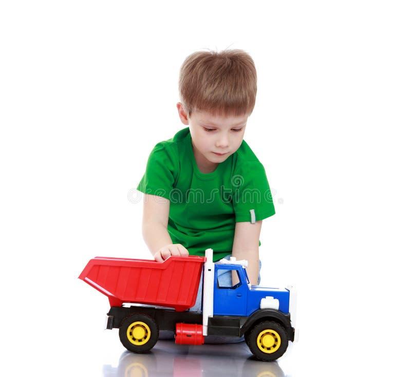 Мальчик играя с машиной стоковые изображения