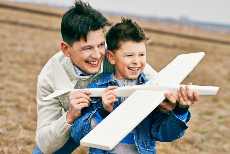 Мальчик играя с отцом стоковое изображение