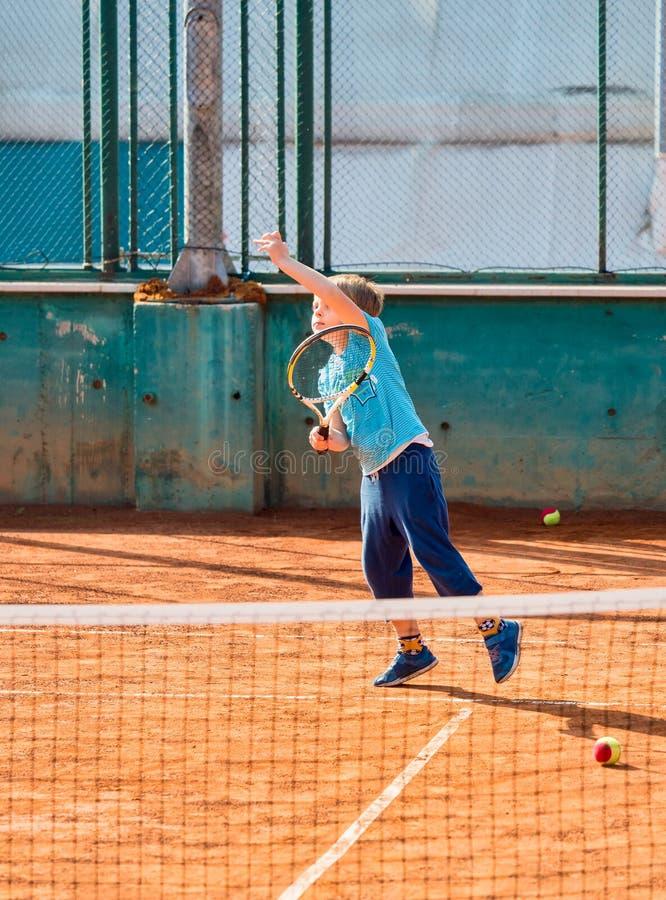 мальчик играя теннис стоковая фотография