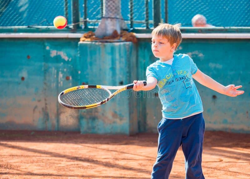 мальчик играя теннис стоковое фото