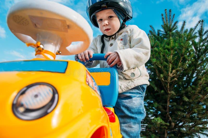 Мальчик играя outdoors с автомобилем стоковые фотографии rf