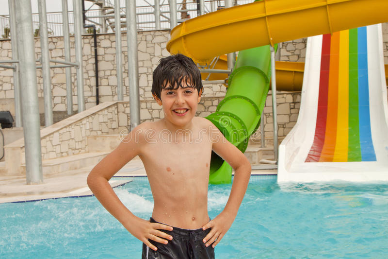 Мальчик имеет потеху в бассейне стоковая фотография