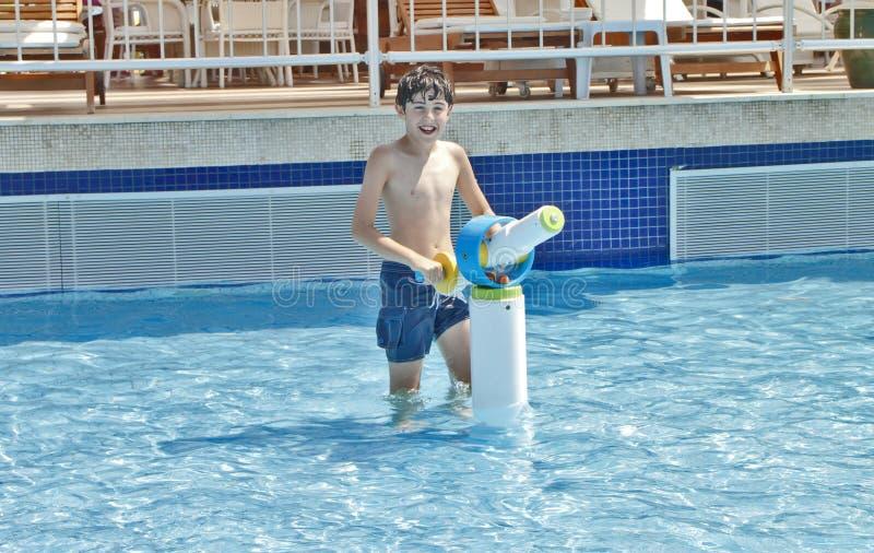 Мальчик имеет потеху в парке Aqua стоковые фото