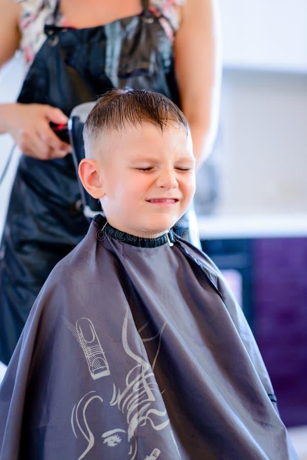 Мальчик имея его дуновение волос быть высушенным стоковое изображение