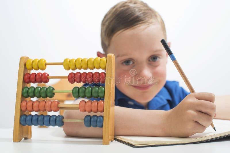 Мальчик используя абакус стоковое фото rf