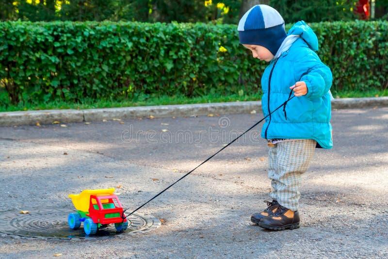 Мальчик и автомобиль стоковое фото rf