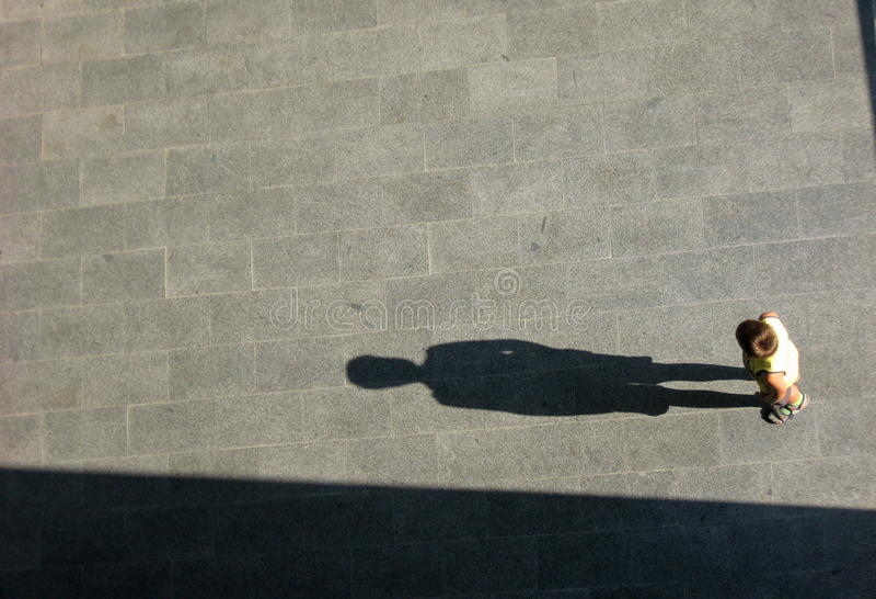 Мальчик и большая тень стоковое изображение
