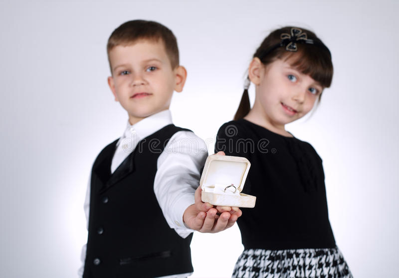 Мальчик и девушка давая коробку с кольцом стоковое фото