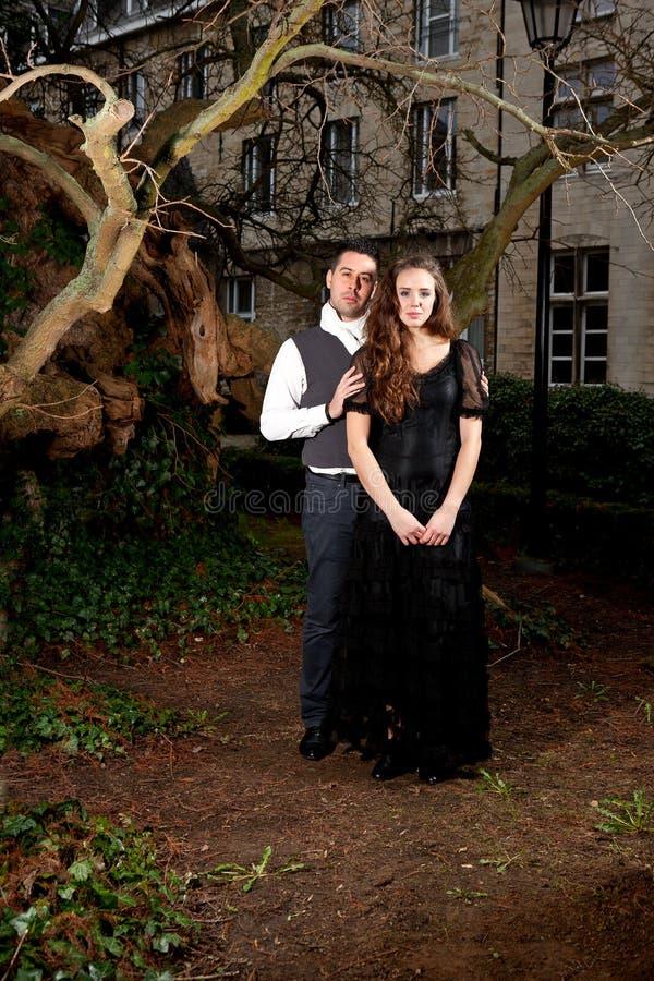 Мальчик и девушка в викторианской одежде в парке стоковое изображение rf