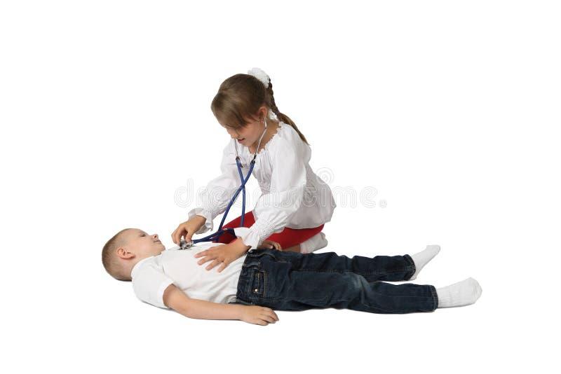 Мальчик и девушка играя доктора стоковое фото