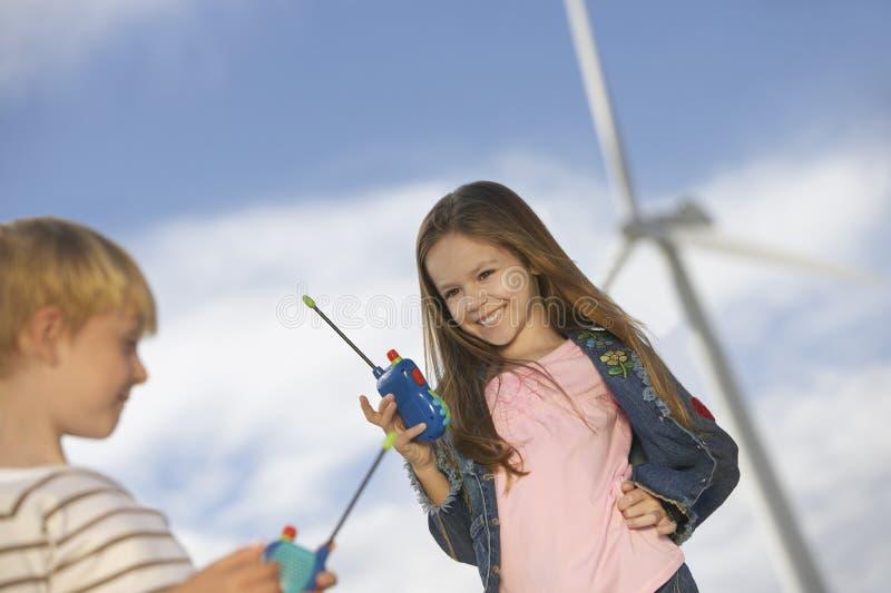 Мальчик и девушка играя с рациями стоковые фотографии rf