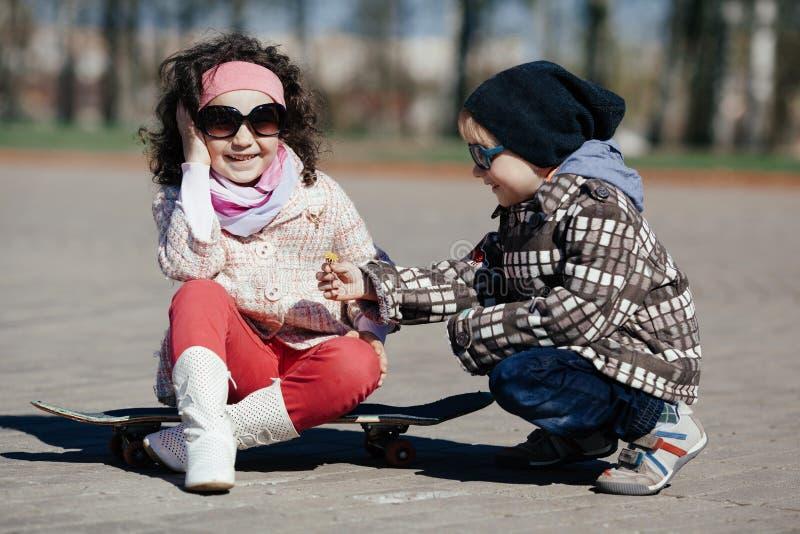 Картинки мальчик катает девочку