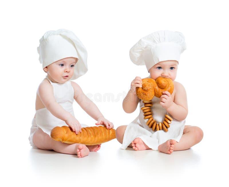Мальчик и девушка младенцев хлебопеков стоковая фотография