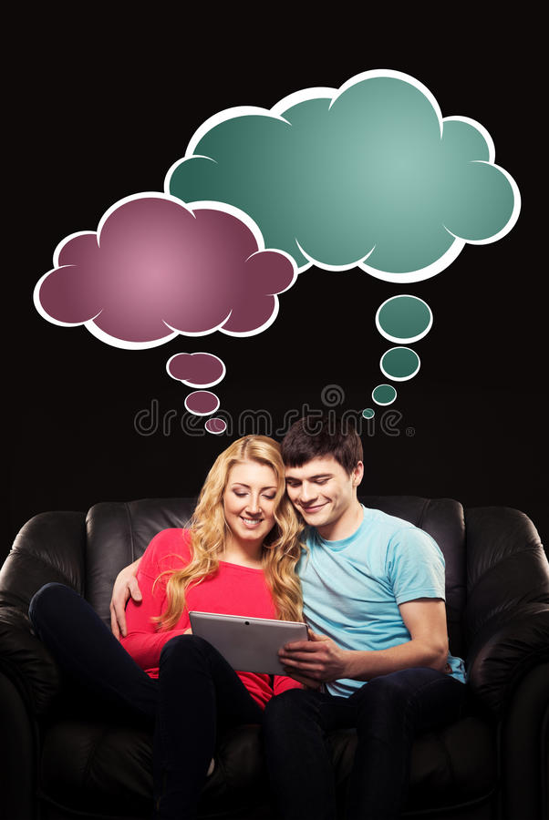 Мальчик и девушка сидя вместе с ПК таблетки и наблюдая mo стоковое изображение rf