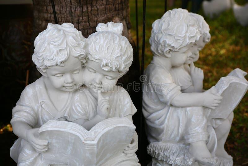 Download Мальчик и девушка штукатурки Стоковое Фото - изображение насчитывающей сад, штукатурка: 81809236