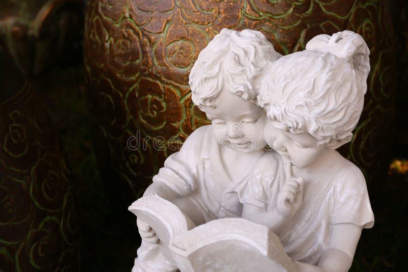 Download Мальчик и девушка штукатурки Стоковое Изображение - изображение насчитывающей камень, украшение: 81809275