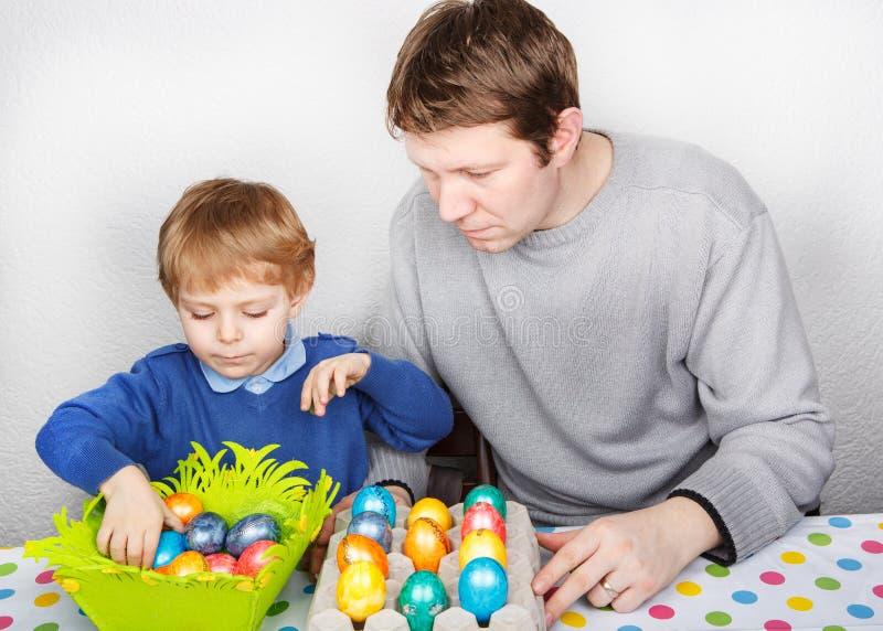 Мальчик и его мать быть счастливый о selfmade пасхальных яйцах стоковые изображения