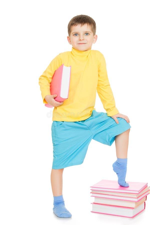 Мальчик идет к школе стоковое фото